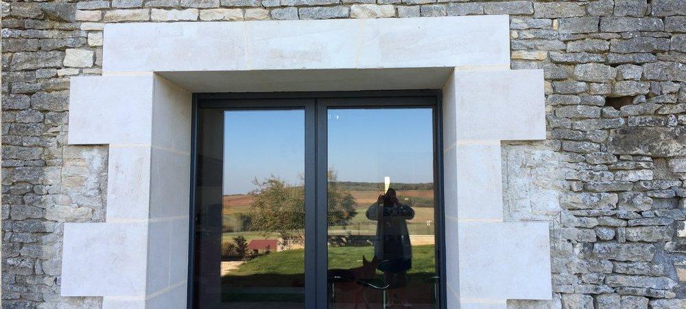 Restauration de façades en pierre, piquetage, sous-enduit à la chaux, enduit de finition chaux aérienne. Percements d'ouverture dans des murs en pierre.