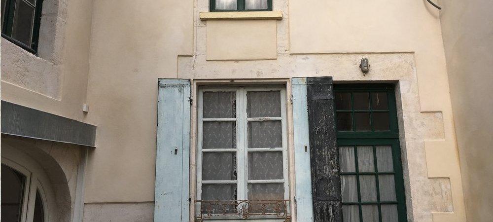 Restauration de façades en pierre, piquetage, sous-enduit à la chaux, enduit de finition chaux aérienne.